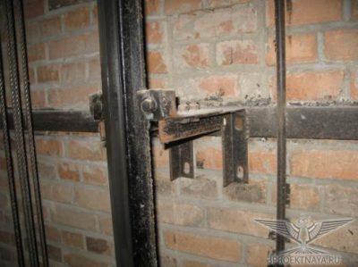 Фото 3. Направляющие лифтовой кабины и узел их крепления