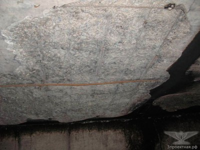 Фото 4. Отслоение защитного слоя бетона и оголение арматуры на участках в помещении паркинга, в котором располагался очаг пожара