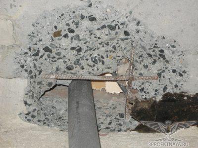 Фото 6. Узел прохода коммуникаций в перекрытии над 3-им этажом по оси А_2-1, фото из помещения 3-го этажа
