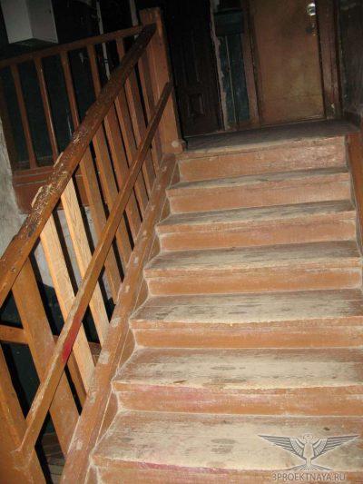 Фото В12. Ступени стерты, трещины вдоль волокон в досках на лестничной площадке и в ступенях, перила расшатаны, зыбкость при ходьбе