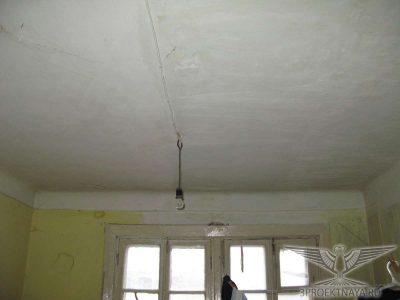 Фото В9. Прогиб перекрытия 2-го этажа до 62 мм, что превышает предельно допустимые значения равные 1/100 = 60 мм