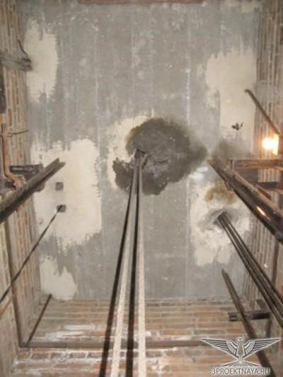 Фото 1. Плита перекрытия лифтовой шахты. Промасливание бетона плиты перекрытия лифтовой шахты рядом с технологическим отверстием для пропуска канатов. Размер повреждения 500*500 мм