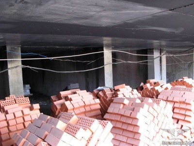 Фото 1. Вид на конструкции паркинга вблизи очага пожара (на потолке видны следы копоти)