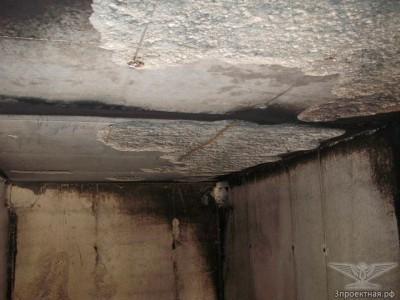 Фото 3. Отслоение защитного слоя бетона на участках в помещении паркинга, в котором располагался очаг пожара