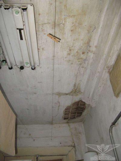 Фото В11. Разрушение отделки потолков повсеместно